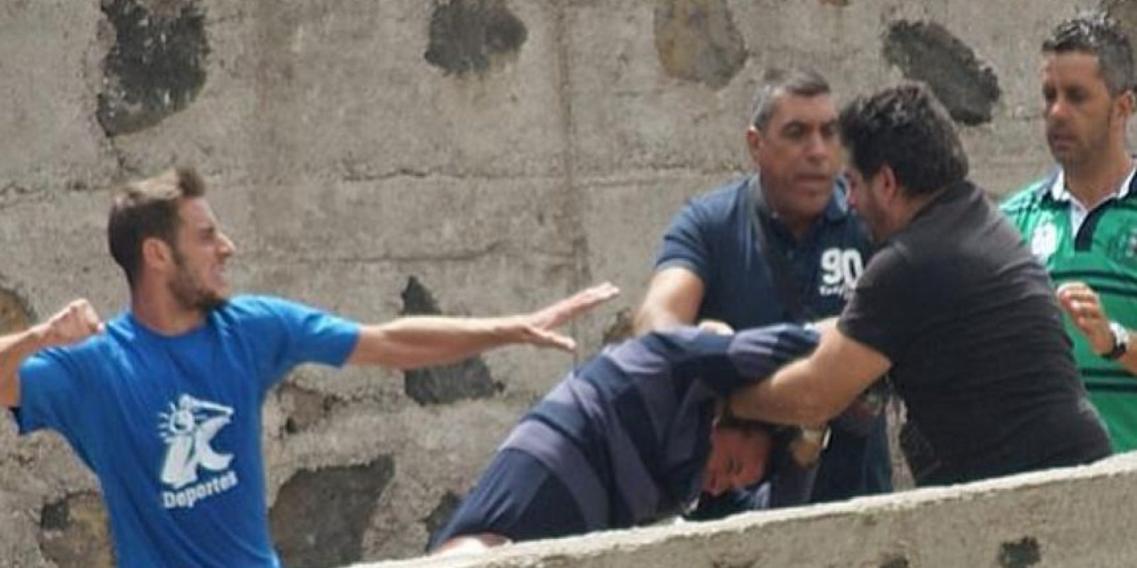 En septiembre del año pasado, en el duelo del Marino y Tenerife B de la tercera división de España se armó una gresca, luego de que un aficionado insultara a la familia de un futbolista. Foto:Twitter: @marca