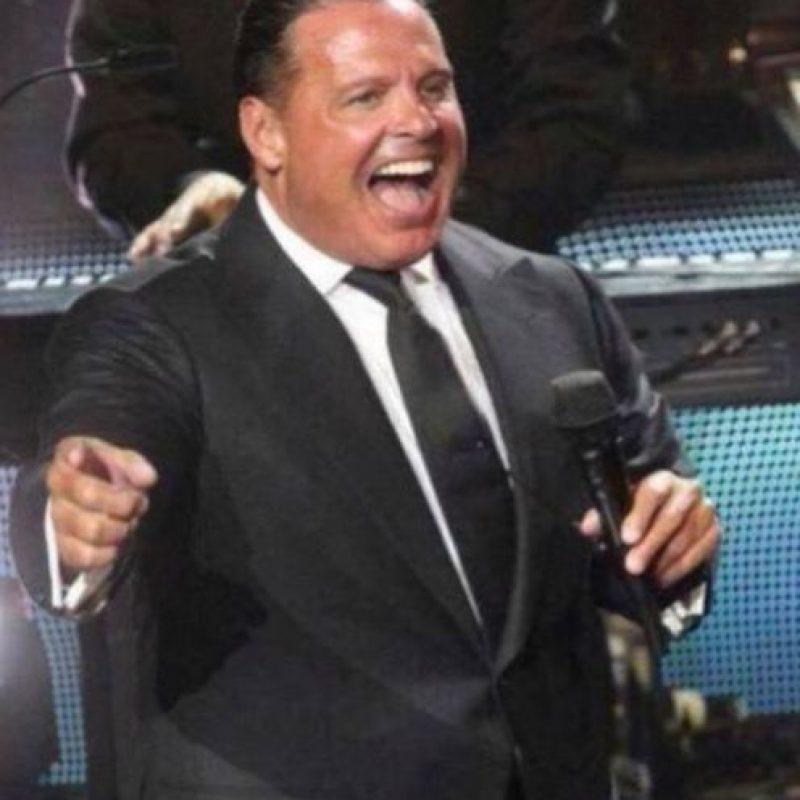 El recinto contó con un lleno total, pero los kilos que rellenaban el traje del cantante causaron más polémica en las redes sociales. Foto:vía twitter.com