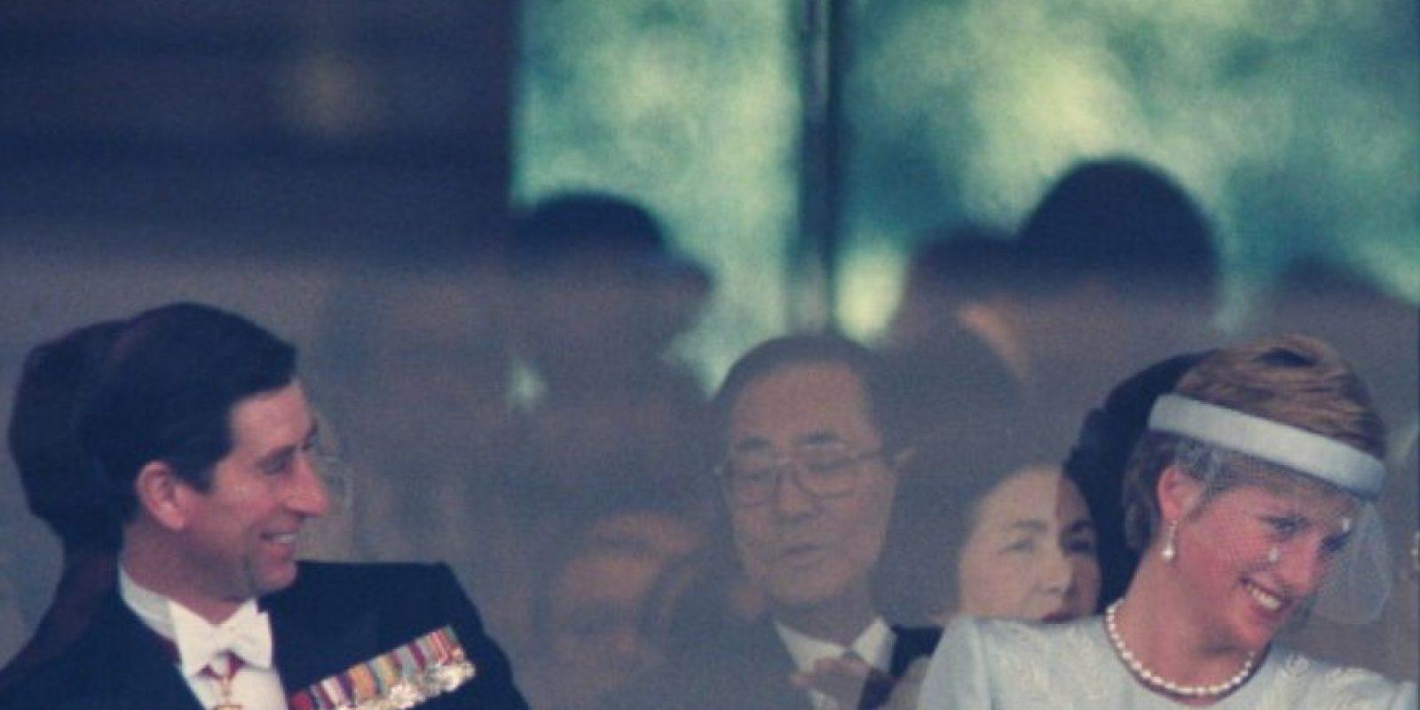 Pero su matrimonio ni su salud mental podrían verse así. De hecho, sufrió con la infidelidad de su marido con Camilla Parker Bowles, quien ya era su amante antes del matrimonio. Foto:vía Getty Images
