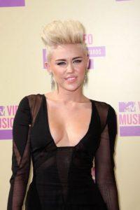Comenzó con cortar su cabello. Foto:Getty Images