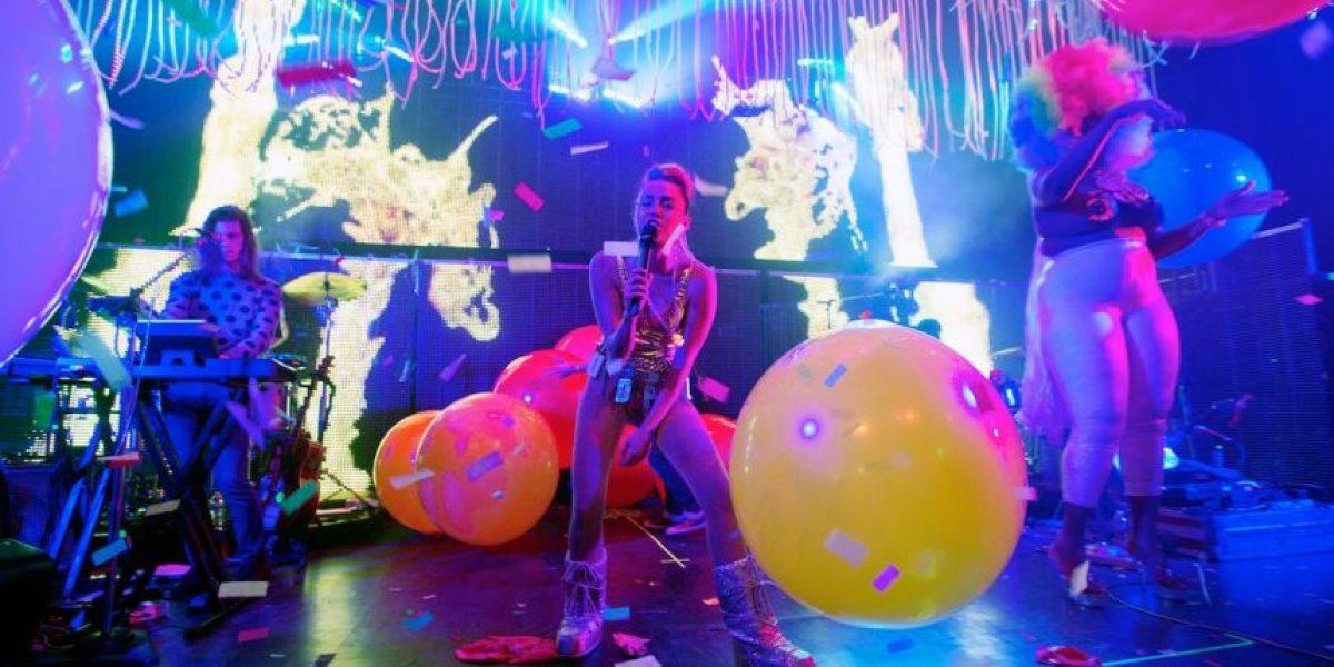 Miley Cyrus salió al escenario con diminuto atuendo y prótesis fálica