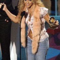 Shakira, al estilo de Snooki y mostrando por qué la moda de la década pasada hizo tanto daño a nuestras celebridades. El animal muerto, la camisa de seda barata medio abierta y el jean descaderado son una oda a lo kitsch. Foto:vía Getty Images