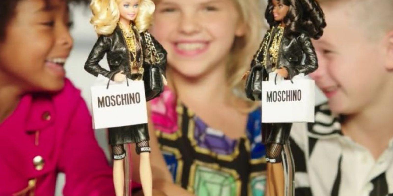 Por primera vez en la historia de Barbie, se incluyó a un niño jugando con una de estas muñecas en un comercial. Este fue el de Barbie Moschino, el cual se publicó a finales de octubre, promocionando a la marca italiana Moschino. Foto:Vía Youtube