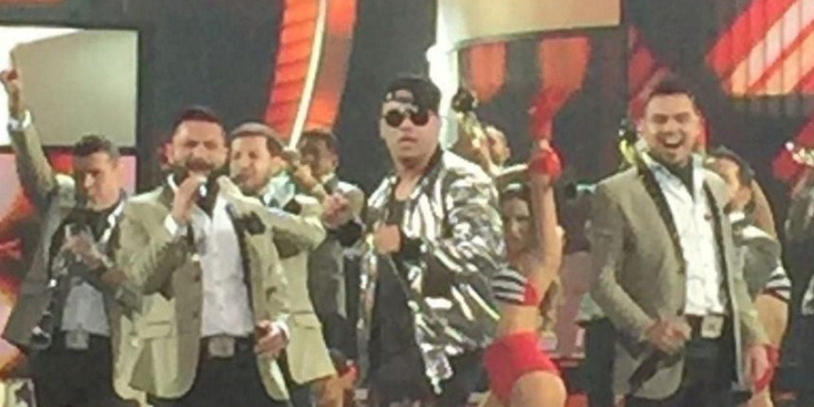 Juntaron a la agrupación de banda El Recodo con Wisin, reguetonero. Foto:vía Twitter