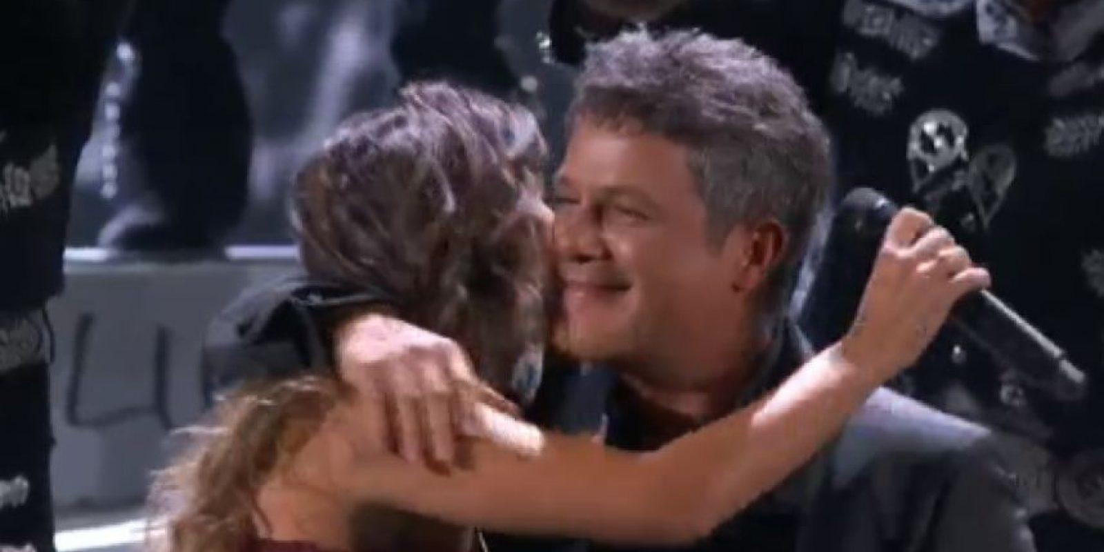 Alejandro Sanz se presentó con la brasileña Paula Fernandes. Foto:vía Twitter
