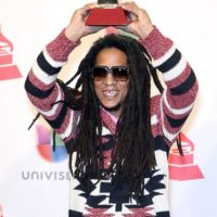Tego Calderón usando los suéters de los 90 de Will Smith. Foto: vía Getty Images