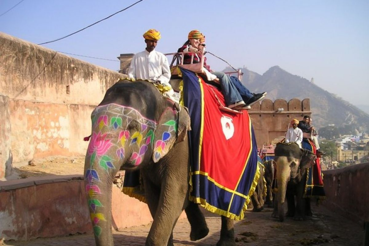 Montar el elefante es un punto memorable para muchos de los que visitan la India. / GETTY​​