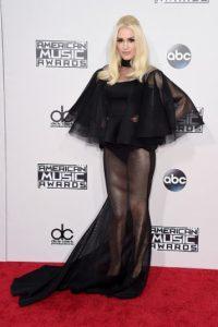 Gwen Stefani apareció con un vestido traslúcido que dejó ver sus piernas y sus panties. Foto:Getty Images