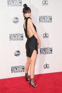 Kendall Jenner también luce un escote en la espalda. Foto:Getty Images