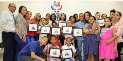 Primera Dama y Ministro Educación entregan certificados en docencia especial