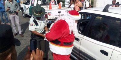 Arrestan a Santa Claus por no usar cinturón de seguridad