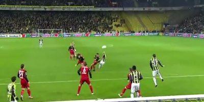 El eslovaco contactó de volea el balón en un partido entre Fenerbahce y Genclerbirligi, en la Super Liga de Turquía Foto:FIFA