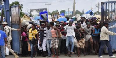 Haitianos denuncian retención de productos comprados en mercado binacional