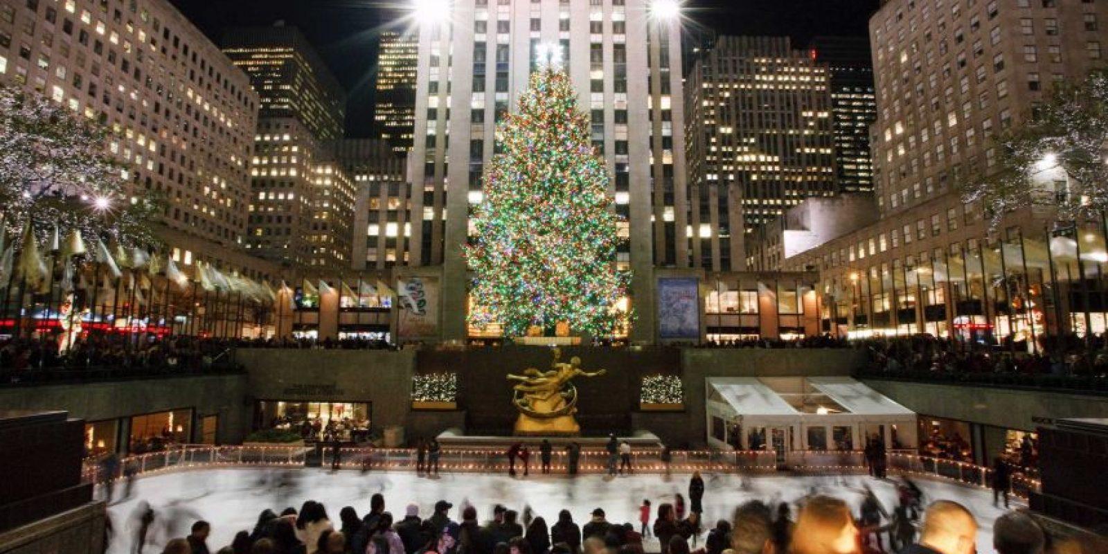 """Una Navidad en la ciudad que nunca duerme. En Nueva York siempre hay mucho que hacer. Sullivan nos dice que los amantes del arte no pueden perderse las obras de Broadway como Finding Neverland y Alladin, y otras; en Radio City Hall el espectáculo """"Radio City Chritsmas Spectacular"""". Dar una paseo por la 5ta Avenida, patinar sobre hielo, ir a Little Italy, visitar restaurantes y caminar a pesar del frío por Central Park son solo algunos de los principales atractivos que ofrece esta metrópoli. Algunas personas les gustan esperar las campanadas en Time Square que es la tradición de esta ciudad. Foto:Fuente Externa"""