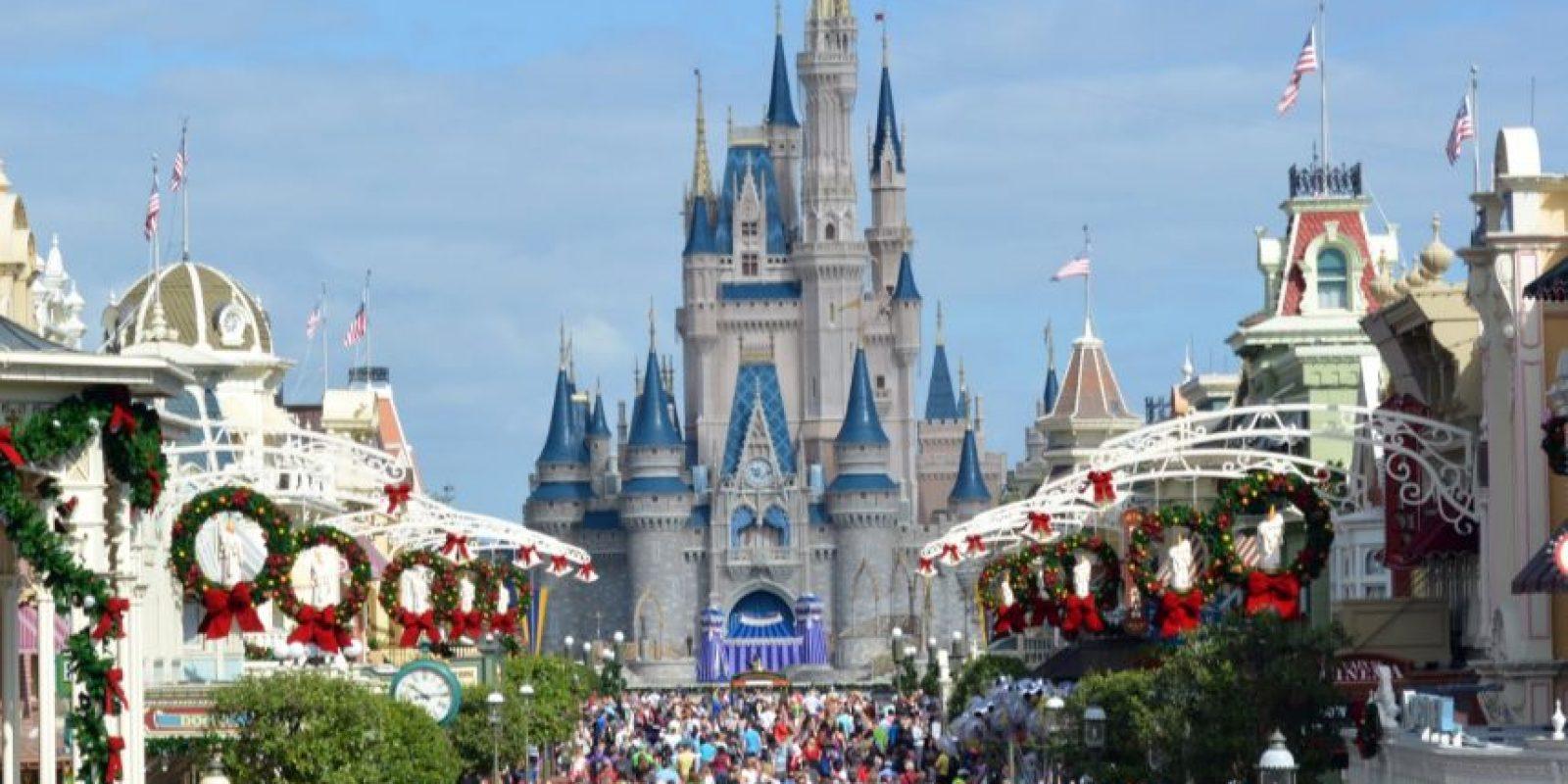 Un paraíso mágico. Casi todo el mundo ha soñado alguna vez con ir a Disney. Este es uno de los lugares más fantásticos que se disfrutan mucho en familia, y poder sentir la magia de la Navidad aquí es hermoso. Holidays Happen Here es uno de los nuevos entretenimientos con los que Hollywood Studio contará, donde se podrá disfrutar de los personajes de Disney cantando canciones navideñas, según nos cuenta Theresa Sullivan. Foto:Fuente Externa