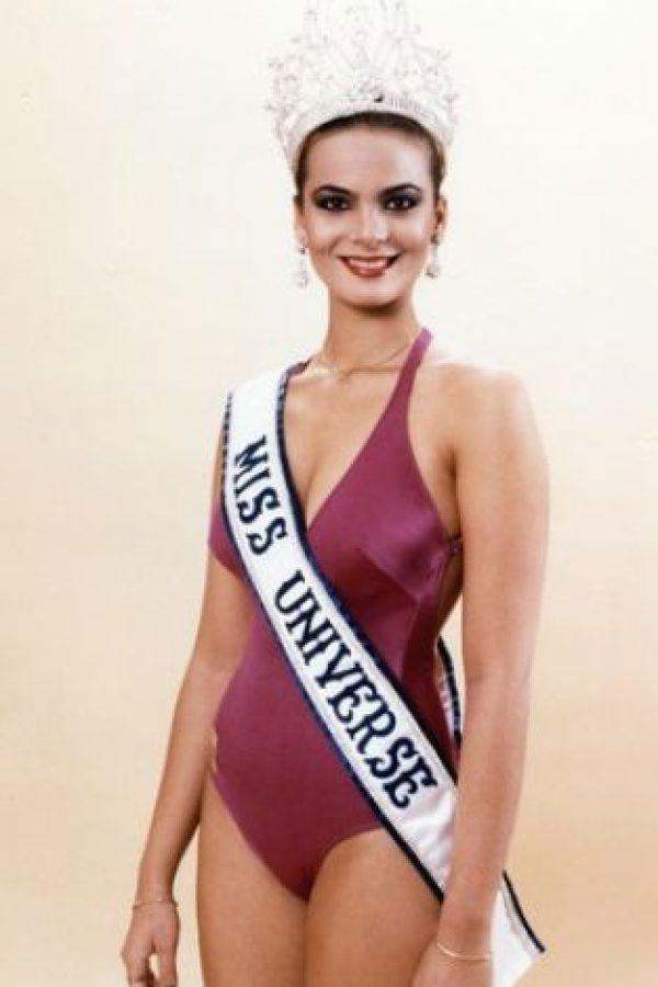 Toda la historia de las Miss Universo con cirugías estéticas comenzó con ella. Osmel Sousa, presidente de la Organización Miss Venezuela, destacó como único defecto su nariz grande y sobresaliente en su rostro cuando la coronó. Foto:Miss Universe