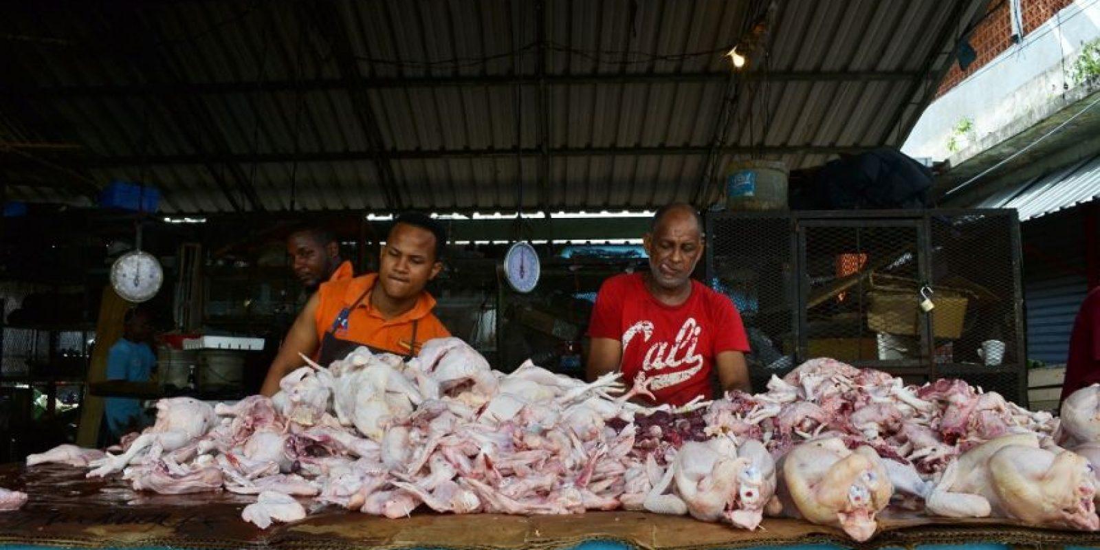 Pollo: 60 pesos cuesta la libra de pollo en el Mercado Modelo de la Avenida Mella, que según los vendedores varía según la calidad del ave