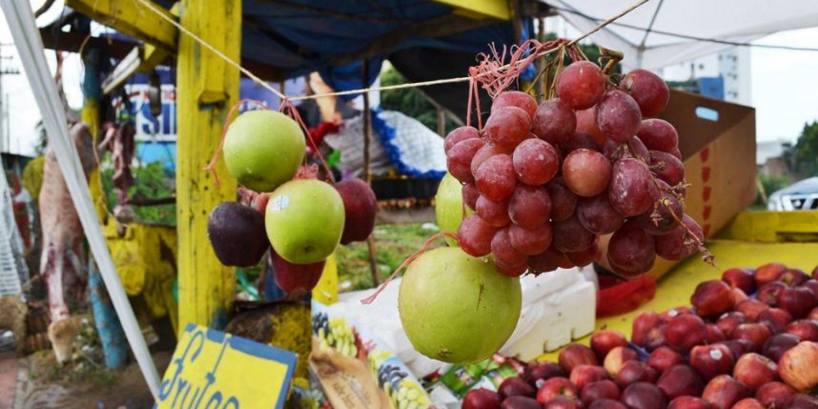 Frutas: 35 pesos es el costo por manzana en negocios informales. En los supermercados del país las venden a 40 pesos la libra. En el caso de las uvas, a 60 pesos la libra