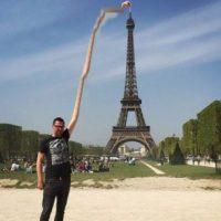 Yves Van De Ven, usuario de 4Chan, quiso que arreglaran su foto de su visita de la Torre Eiffel y esto fue lo que le pasó. Foto:vía 4Chan