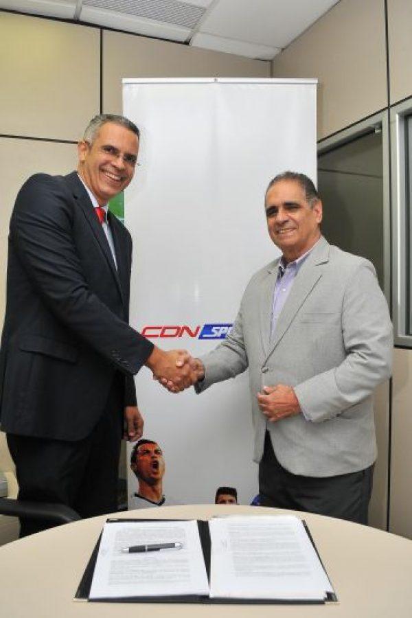 Frank Camilo y Héctor J.Cruz , luego de la firma del contrato de La Semana Deportiva y CDNSportsMax Foto:Fuente Externa
