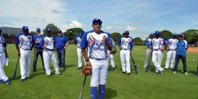 Dirigente del año. Lino Rivera: Pasó con notas sobresalientes en su primera experiencia en la pelota dominicana, levantando a los Tigres del Licey de una temporada mediocre para ganar el premio de dirigente del año.Primero y sexto: Se convirtió en el primer capataz boricua que conquista el premio en esta liga y en el sexto dirigente que gana este reconocimiento con los Tigres; unió su nombre a los de Jim Lefebvre (1987-88), Kevin Kenndey (1989-90), Dave Jauss (1998-99), Teodoro Martínez (1999-00) y Manny Acta (2003-2004). Clave: Mantuvo en todo momento a los Tigres dentro de la clasificación, conquistando el segundo lugar de en la Serie Regular; logró la identificación y el respeto de sus jugadores y fue solo uno de dos mánagers que se mantuvieron en el puesto durante toda la temporada, ya que cuatro de los seis capataces que comenzaron al frente de los equipos fueron despedidos.