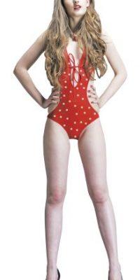 """SILUETA EN """"H"""". Hombros, cintura y caderas son proporcionales. Cuando las mujeres no poseen ninguna diferencia vistosa entre caderas, cintura y senos, deben buscar trajes de baños de una pieza o dos, pero con detalles en la cintura. También ayuda si poseen un sostén con copa, esto simula un efecto de curvas como de reloj de arena.Tip: Si tienes unas libras extra, busca un traje de baño con líneas diagonales, harán que te veas más estilizada. Y si tu problema es tener mucha """"pancita"""" y quieres utilizar un bikini, atrévete a usar la parte de abajo de talle alto. Foto:Fuente Externa"""
