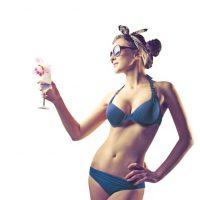 """CUERPO DE """"PERA. """"Caderas anchas. En este caso, lleva los estampados a la parte de arriba y mantén la parte de abajo sencilla. Busca los bikinis que sean anchos, ya que los que se amarran pueden resaltar tus caderas. Si tienes poco busto, puedes utilizar un bikini strapless, hará que tus hombros resalten y evitará la atención en tu cadera. Tip: Si tienes mucho busto, utiliza siempre bikinis con buen soporte. Foto:Fuente Externa"""