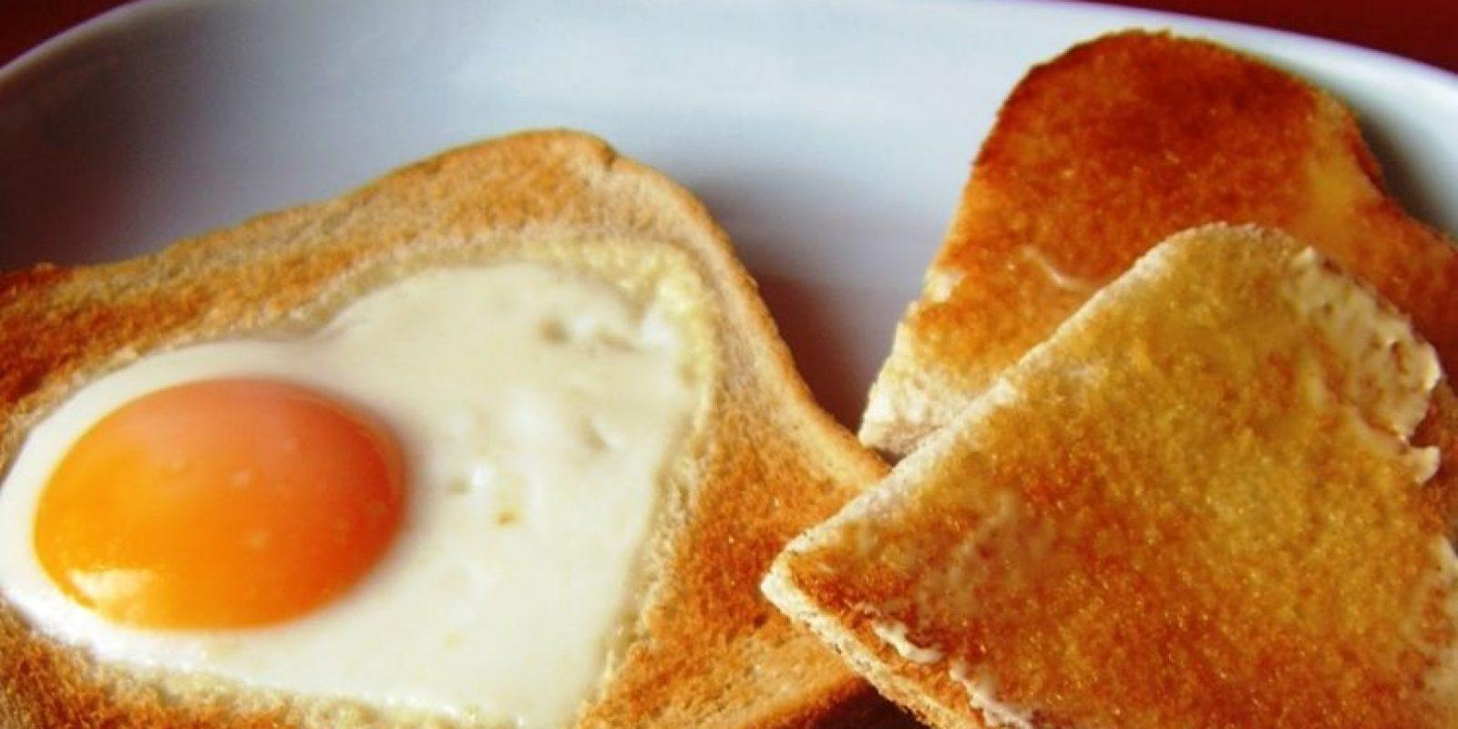 Tostadas con huevo frito. El huevo es un alimento rico en proteínas; la pagina web www.imujer.com recomienda este plato para iniciar el día estupendamente.Ingredientes4 rebanadas de pan brioche, 3 cucharadas de mantequilla sin sal (derretida), 1/4 de cucharadita de sal, una pizca de pimienta negra recién molida y 4 huevosPreparación1. Para hacer un huevo frito dentro de tostadas, primero haz un agujero de unos 6 cm en el centro de cada rebanada de pan. Con un cuchillo haz un corte en el medio del pan, hasta lograr la forma deseada.2. Mezcla la mantequilla derretida, la sal y la pimienta. Unta la preparación en cada lado de las rebanadas de pan, incluyendo la parte interior del agujero.3. Tuesta las rebanadas de pan en una sartén antiadherente a fuego medio-bajo hasta que estén doradas. Dale la vuelta al pan y parte un huevo en cada agujero. Deja cocinar el huevo durante 90 segundos o 2 minutos. La clara debe quedar bien cocida. Sirve inmediatamente.