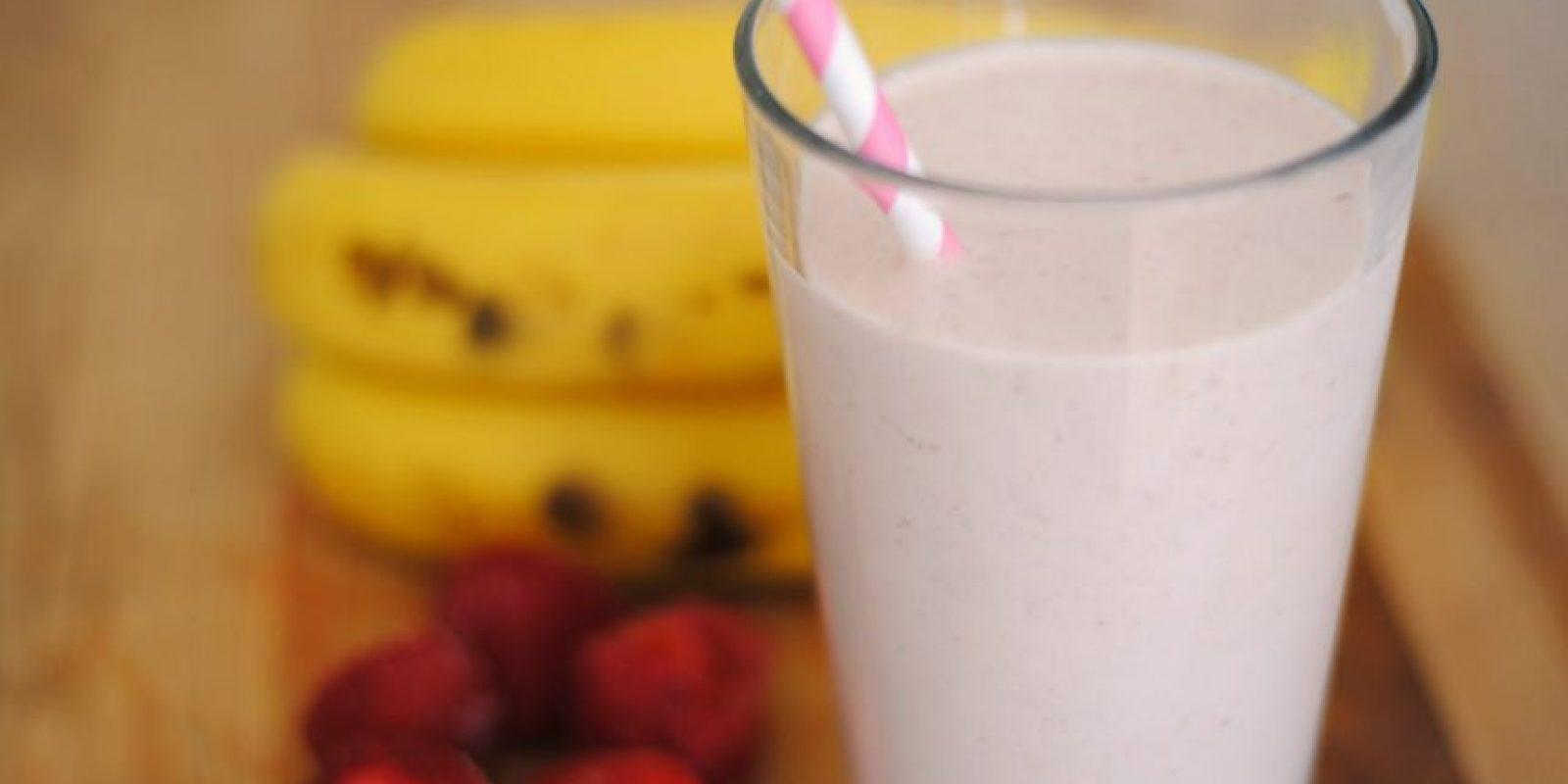 Batido de leche, frutas y avena. Los batidos son una de las opciones más sencillas para empezar el día con energía, http://mejorconsalud.com presenta esta deliciosa y nutritiva receta.Ingredientes1 taza de leche descremada o semidescremada, ½ taza de avena; una porción de guineo, manzana, cerezas, durazno o la fruta que prefieras; opcionalmente puedes combinar varias.Preparación1. Introduce todos los ingredientes en la licuadora y mézclalos formando un batido. Puedes agregarle miel o endulzante. Tómalo bien fresquito.