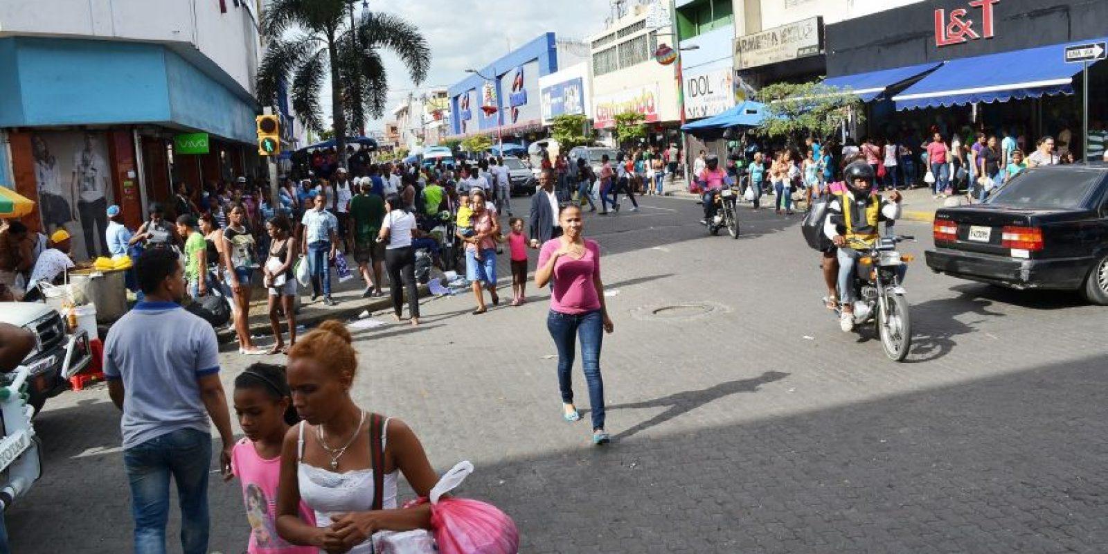 Los ciudadanos aprovechan las festividades navideñas para ir a tiendas, bancos, supermercados y plazas comerciales. Foto: Mario de Peña