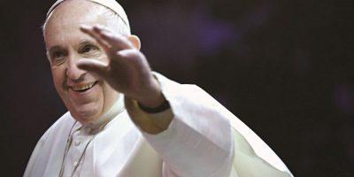 Papa Francisco. El Santo Padre se convirtió en una de las figuras internacionales más reconocidas y admiradas de 2015. De 78 años de edad, ayudó a normalizar las relaciones políticas entre Estados Unidos y Cuba, después de más de 50 años; presentó su encíclica sobre el cambio climático y se convirtió en el primer pontífice en visitar una zona de guerra activa en África. Foto:Fuente Externa