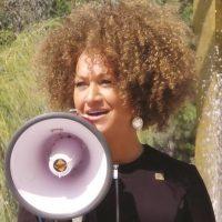 Rachel Dolezal. La activista de los derechos civiles y exinstructora de estudios africanos de 38 años, tuvo que dimitir como presidenta de la Asociación Nacional para el Avance de la Gente de Color en Spokane, Washington, en junio. Ella tuvo que renunciar tras las acusaciones de mentir acerca de ser afroamericana, hija de un hombre negro, y madre de dos niños afroamericanos. Foto:Fuente Externa