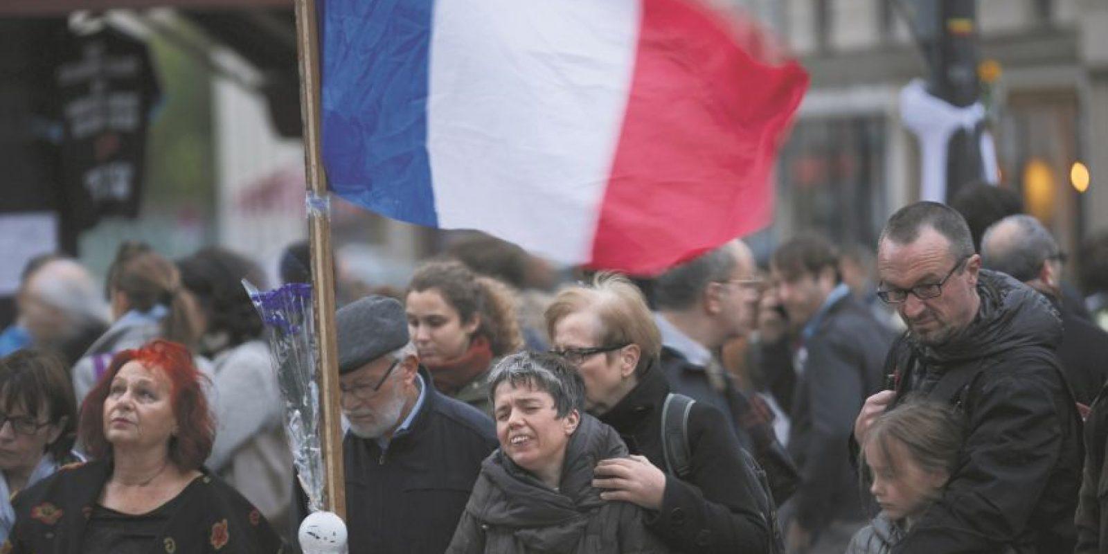 1. París bajo el terror. Los tiroteos de Charlie Hebdo y los ataques de noviembre. La capital francesa se vio sacudida en numerosas ocasiones este año por los terroristas: ataques de enero en las oficinas de Charlie Hebdo y un supermercado judío vio a 17 personas morir, mientras que en noviembre una serie de ataques coordinados dejó 130 víctimas fallecidas. Los líderes mundiales y los ciudadanos unieron a los franceses en respuesta a los trágicos acontecimientos. Grupos terroristas, incluidos los afiliados al Estado Islámico, se atribuyeron la responsabilidad por las masacres. Foto:Fuente Externa