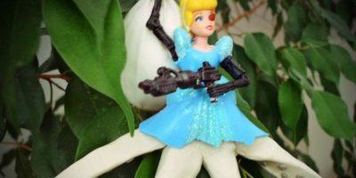 Cenicienta/pulpo con una metralleta. Más navideño, imposible. Foto:Imgur