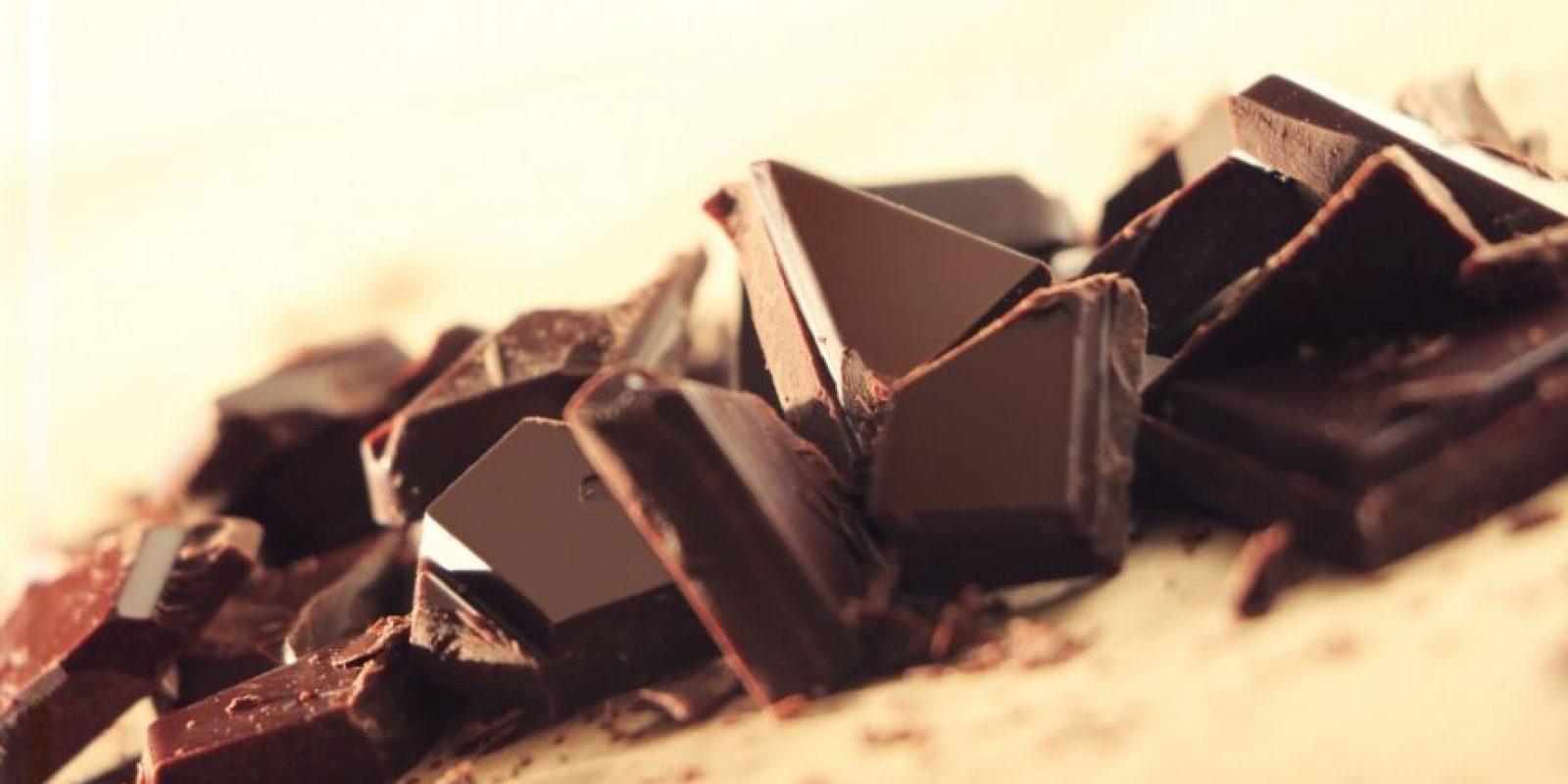 Chocolate oscuro. Buenas noticias para los amantes del chocolate. Numerosos estudios han confirmado que en su versión oscura, este tentador alimento ayuda a combatir el estrés, a ponerte alerta y te mantiene de buen humor. Foto:Fuente Externa