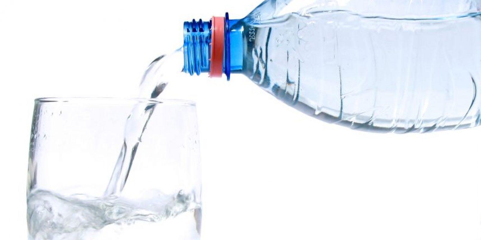 Agua. El agua es, quizá, la más importante fuente de energía. En muchos casos, el calor y la deshidratación son las principales causas de la fatiga, por lo que tomar dos litros de agua al día te mantendrá el ánimo al 100%. Foto:Fuente Externa