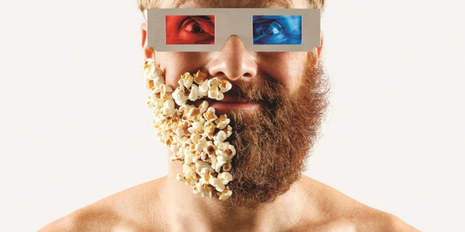 3- Serie de retratos. La media barba hipsterEl fotógrafo brasileño Adriano Alarcón se afeitó un lado de su barba, adornando la mitad de su cara con extraños elementos como palomitas de maíz, chispas de chocolate e insectos de plástico.