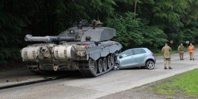 """4- Fotos noticia. Las carreteras parecen un campo de guerra en estos díasComo conductor principiante, generalmente no te enseñan """"Ten cuidado con los tanques de guerra por el camino"""", pero esta conductora aprendió una lección injustificada. La novata de 18 años escapó ilesa después de que su Toyota Yaris fuera aplastado por un tanque en Lippe, Alemania. Foto:LIPPE POLICE DEPARTMENT"""