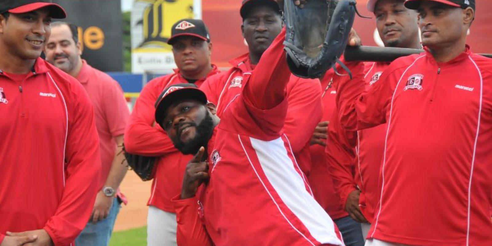 Fernando Rodney llegó con su flecha a los entrenamientos rojos. Foto:FUENTE EXTERNA