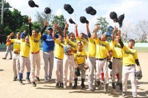 Niños del equipo de Tamboril son todo felicidad por la conquista del torneo n acional de beisbol infantil en el 2014. Foto:Fuente Externa