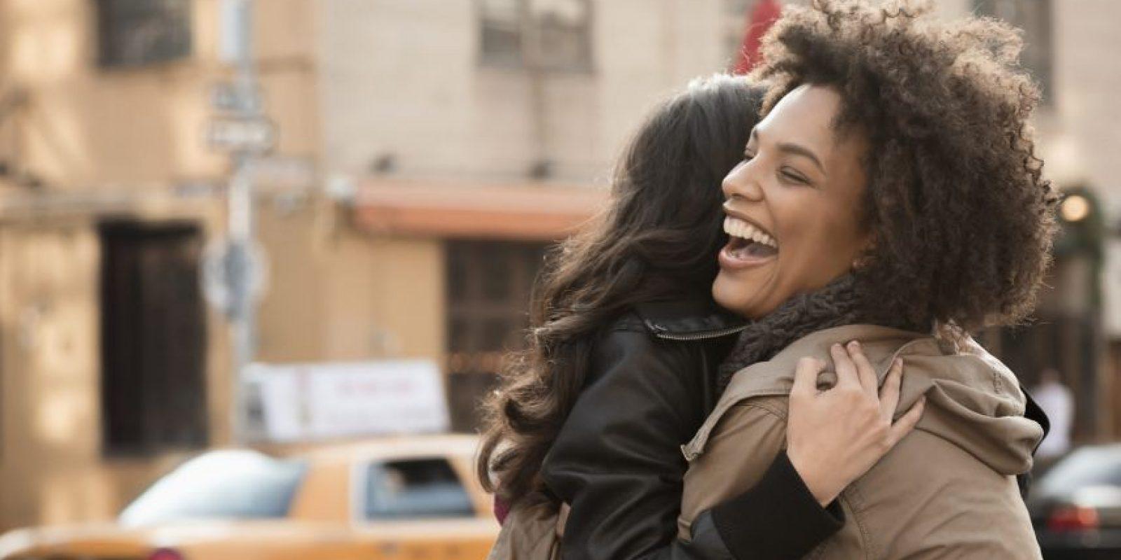 """En vez de enviar un emoji de """"besito"""", coordina con esa amiga que hace mucho tiempo no ves y abrázala en persona. Foto:Fuente Externa"""