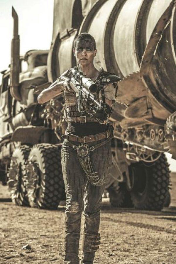 """6- Mad Max: Furia en la carretera. Muchos hombres fueron tomados por la sorpresa y el asombro cuando se dieron cuenta de que el verdadero protagonista de la nueva Mad Max no era el personaje de Tom Hardy, sino la emperatriz Furiosa interpretada por Charlize Theron. Insatisfecho con tenerla sólo a ella como protagonista, el director George Miller puso una horda de mujeres como responsables de salvar al mundo árido y distópico en el que va la trama. Tuvo hombres quejándose de """"exceso de feminismo"""" en la película. ¿Pueden? Foto:Fuente Externa"""