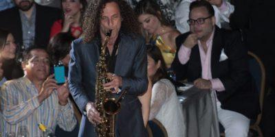 """5. Kenny G (diciembre). Saxofón con toques latinos.Con una entrada magistral, que pasará a la historia, al apagarse las luces del Salón La Fiesta del Hotel Jaragua (ese 5 de diciembre) y escuchar el sonar de un saxofón, una luz fue la que indicó que el ganador del premio Grammy estaba ahí en medio del público interpretando el éxito """"Home"""", así como las canciones """"Bésame mucho"""" y """" Sabor a mí"""". Foto:Fuente externa"""