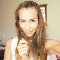 """Cat Meffan. Instagram: @catmeffanSeguidores: 22 milBlog: imperfectmatter.comYo soy…Cat Meffan, una bloguera de salud y fitness y diseñadora de joyas del Reino Unido. Como exgimnasta y bailarina, he descubierto una nueva pasión por el yoga y todo lo relacionado con el estiramiento. Cuando no estoy sudando, haciendo ejercicios o diseñando mi colección de joyas, me encuentras en la cocina haciendo un batido.Estoy en Instagram porque…En un comienzo, empecé a usar Instagram como una forma de motivarme a mí misma a comer bien, probar nuevos entrenamientos y como excusa para comprar nueva ropa deportiva. A partir de eso, se ha convertido en lo que espero sea una página para inspirar y motivar a los demás a través de hacer las cosas que más me gustan.Sígueme por…Fitness, yoga y como inspiración de salud, con unas risas en el camino. Soy muy real con mis seguidores, hablando de momentos en los que me siento sin motivación, mis lesiones y algunas fallas de fitness. Me gusta charlar sobre mi progreso y cómo la salud y estar en forma es un viaje que cambia constantemente junto con nuestros modos de pensar.Mi lema es …""""No se puede precipitar algo que quieres que dure para siempre"""". Después de ser la chica que intentó cada nueva locura en dietas y ejercicios de moda, me di cuenta de que había mucho más que eso. Para mí, estar en forma y ser saludable es un estilo de vida, y uno que disfruto cada segundo.Mi cuenta de fitness favorita en Instagram es…Jessica Olie @jessicaolie. Me inspiran sus elongadas posiciones de yoga.Mi posteo favorito de Instagram es…Una foto mía haciendo yoga en Noruega, rodeada de una naturaleza increíble. Se sentía tan perfecto."""