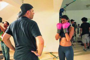 """8- Ladrones. OK, no fue la principal de la cinta, pero Evelyna Rodríguez en el set de la película Ladrones, donde adquirió destreza en artes marciales y boxeo, dejó bien claro que la mujer puede defender al hombre y dar unas cuantas """"trompadas"""". En el filme interpreta a """"La Cobra"""" Maribel y hoy por hoy han recaudado US$3.058.367 en las salas de cine estadounidenses."""