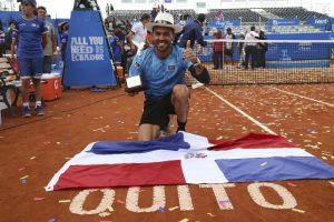 """Víctor Estrella, """"superbo. """"El tenista más exitoso en la historia de la República Dominicana tuvo su mejor año al nivel competitivo: conquistó su primer título ATP al ganar el Abierto de Quito cuando venciò en la final al español Feliciano López con parciales de 6-2, 6-7(5), 7-6 (5).Guió a la representación quisqueyana al playoff del primer grupo de América, al participar en las tres victorias del conjunto dominicano, dos triunfos en sencillos y uno en dobles. Además tuvo el ranking más bajo en la participación de un hijo de la tierra de Duarte, Sánchez y Mella en el tenis mundial al lograr la posición 43 entre los más grandes de esta discipl Foto:Fuente Externa"""