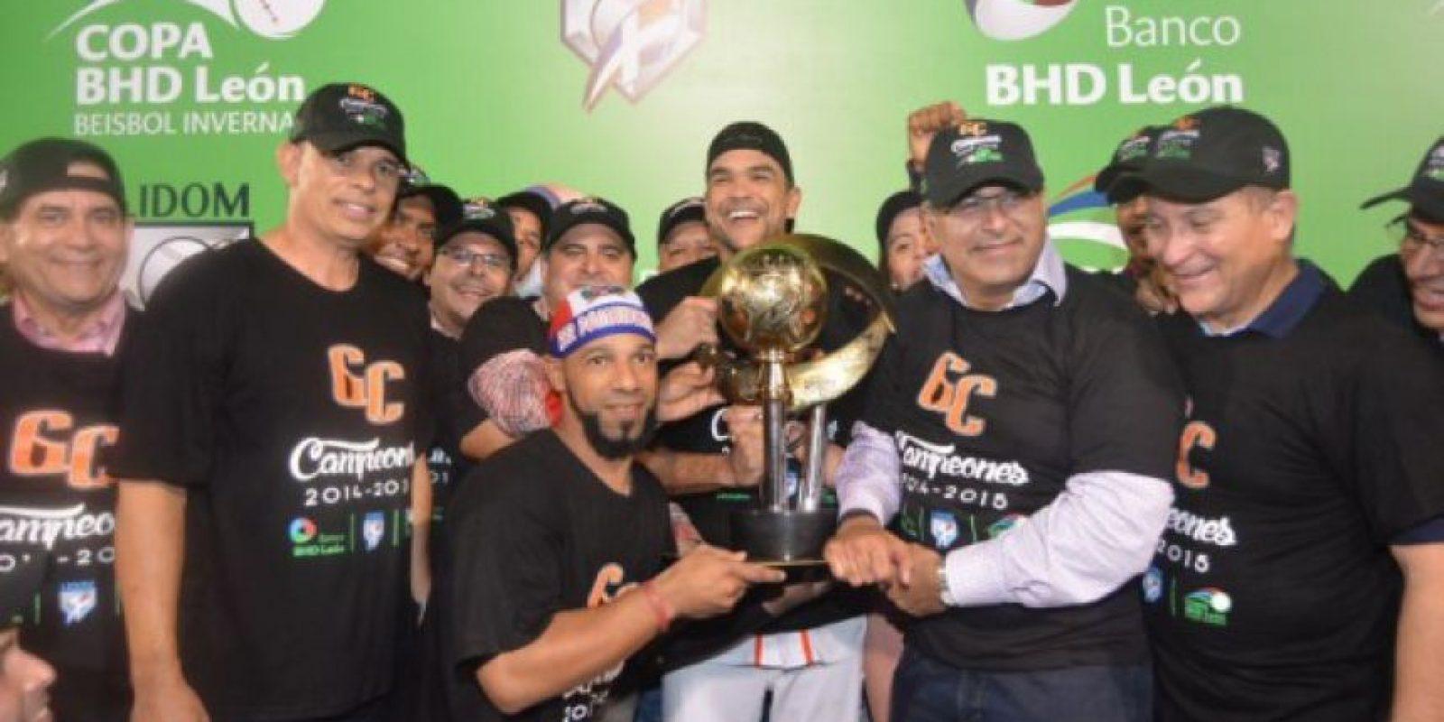 Cibao Cibao, dueños del cetro. El equipo con sede en San Francisco de Macorís conquistó su primer título de campeón en la historia de su participación en la pelota invernal de la República Dominicana y estuvieron en la primera Serie del Caribe.Para lograr la corona los Gigantes vencieron cinco juegos por tres a las Estrellas Orientales en la final que estaba pautada a nueve partidos. El Jugador Más Valioso fue el lanzador boricua Héctor Santiago, y Audo Vicente quien estuvo en su primer año con la franquicia, conquistó segundo campeonato de la liga. Foto:Fuente Externa