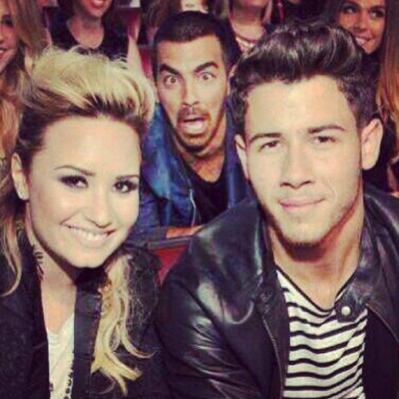Joe Jonas arruinando la foto de Demi Lovato y su hermano Nick Jonas. Foto:vía instagram.com/joejonas
