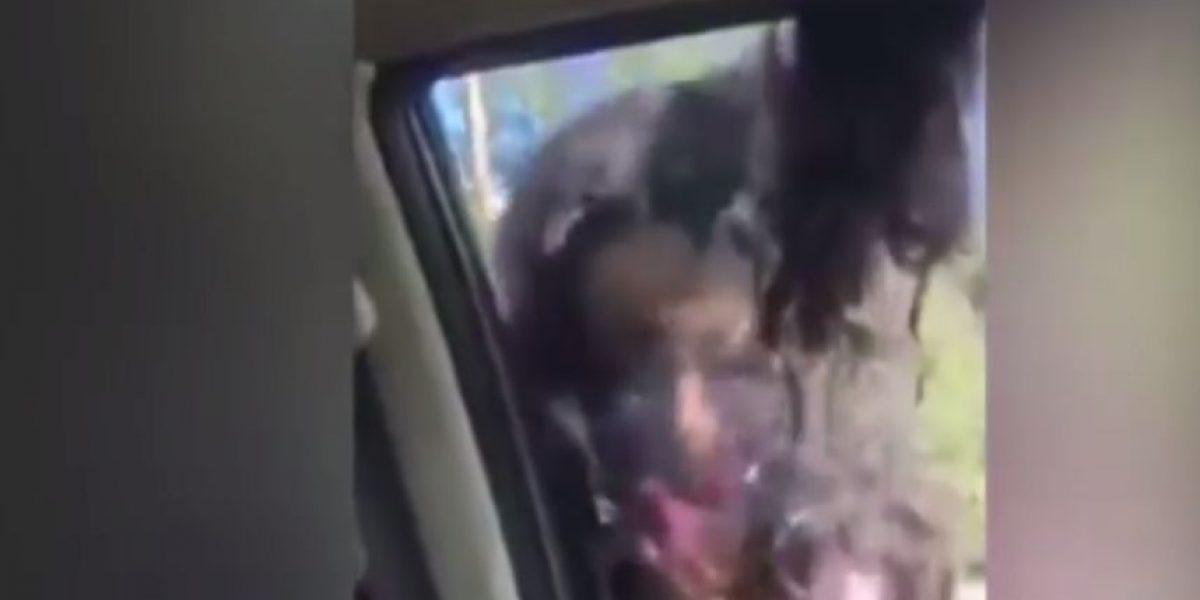 Video: Este joven arrastra del cabello a su novia con un auto