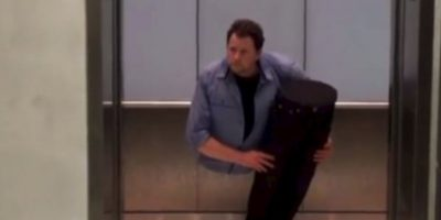 ¿Se imaginan encontrar a un tipo así en el elevador? Foto:YouTube